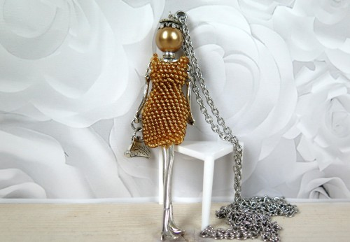 Damutė žėrinčia auksine mini suknele