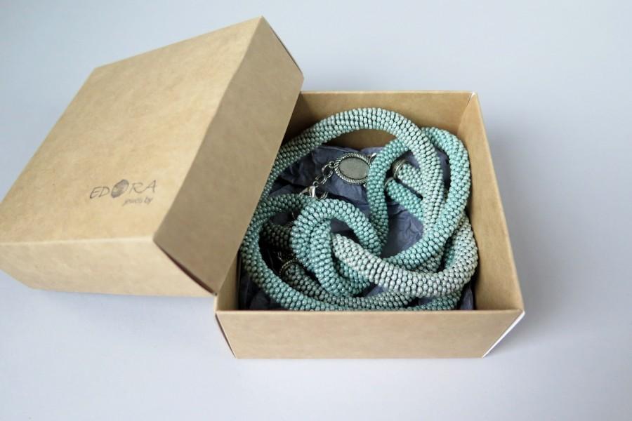 Šalavijų žalios spalvos kaklo papuošalas su mazgu