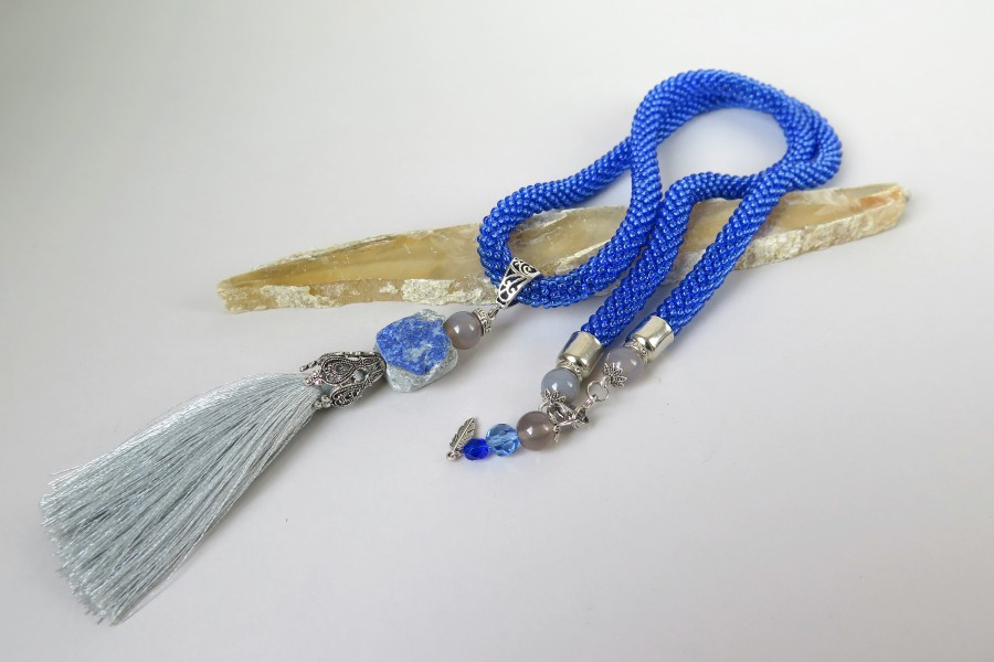 Ryškiai mėlynas kaklo papuošalas su sodalitu
