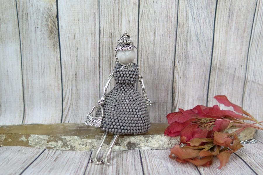 Gražuolė šviesiai pilka suknele