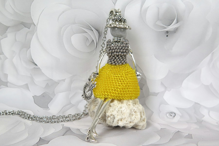 Mergina šviesiai pilka geltona suknele