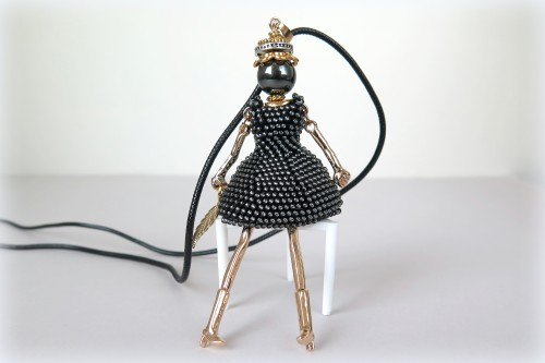 Auksinė lėlytė juoda suknele
