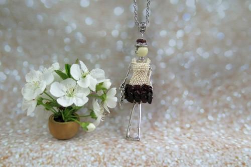 Gintarinė damutė kremine perlų suknele