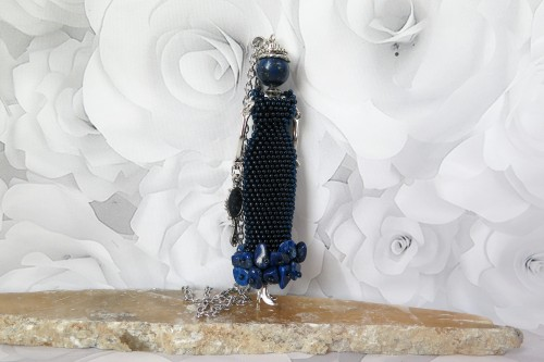 Dama ilga tamsiai mėlyna suknele
