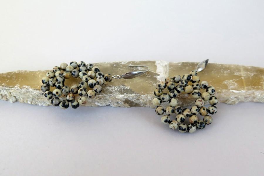 Apskriti auskarai su dalmantininiu jaspiu