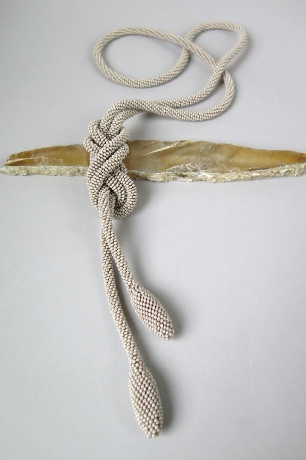 Ilgas kreminės rudos spalvos surišamas kaklo papuošalas