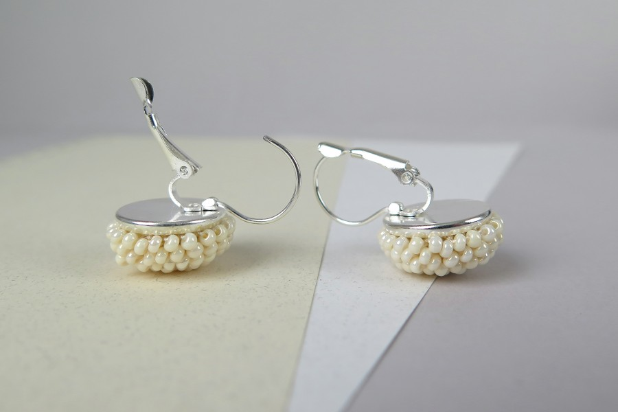 """Kreminės perlų spalvos kabantys auskarai """"Gervuogėlės"""""""