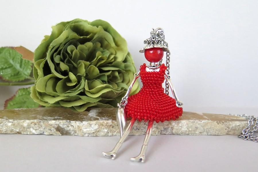 Raudona damutė nėriniuota suknele