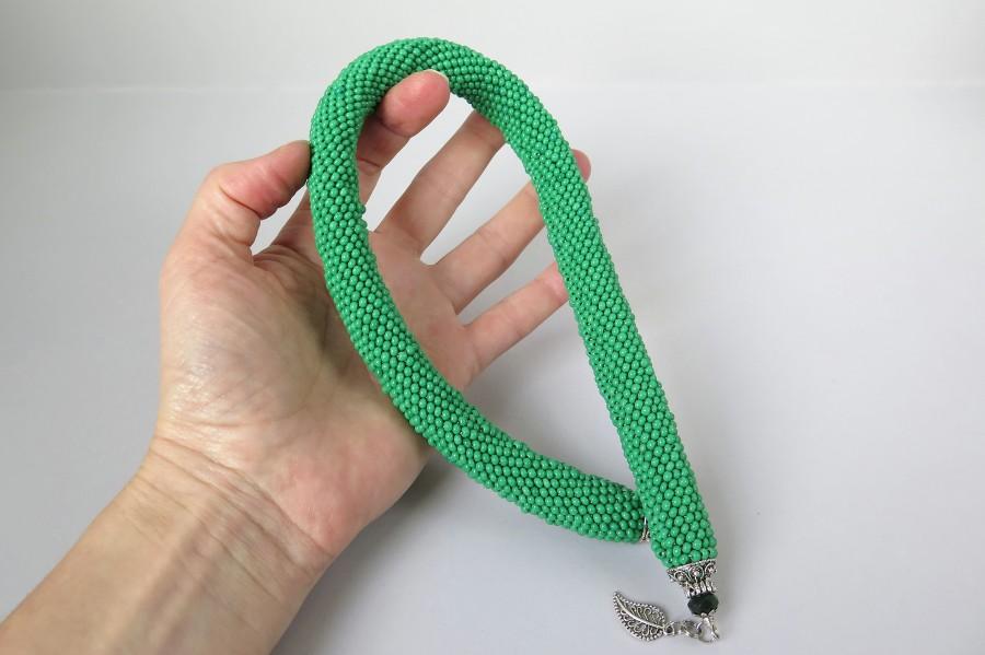Storas žalias kaklo papuošalas