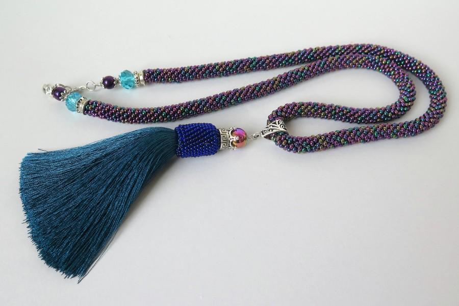 Violetinis kaklo papuošalas su kutu