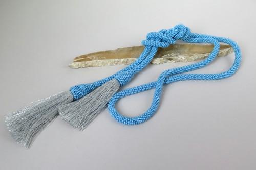 Melsvas kaklo papuošalas su kutais
